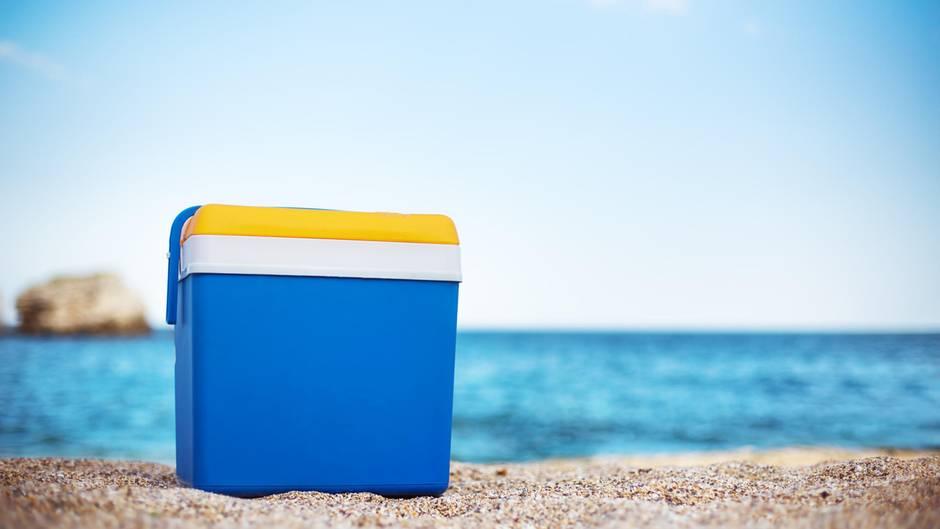Investieren Sie in eine Kühlbox - am besten mit Kühlelementen.Die kann man auf einem Campingplatz meist kostenfrei oder gegen eine kleine Gebühr frosten. Eine Kühltasche oder -truhe können Sie überall hin mitnehmen. Auch zum Strand, wenn man kein warmes Wasser zu sich nehmen möchte. Meist kostet eine Kühltasche auch gar nicht viel. Bereits für zehn bis 50 Euro können Sie eine ergattern - das lohnt sich.