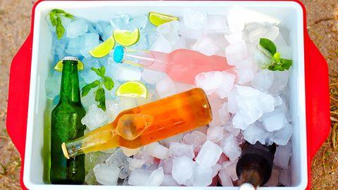 Bastler können sich auch ihreeigene Kühltasche bauen. Dafür brauchen Sie nur eine Box mit einem Deckel. Die Box sollte man innen mit Aluminium-Folie auskleiden. Von der Qualität kommt die DIY-Kühltasche zwar nicht an eine echte Kühlbox heran, aber zumindest bleiben Lebensmittel und Getränke für wenige Stunden kalt.