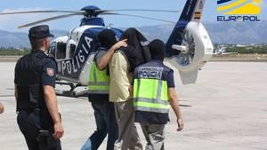 Spanische Polizisten führen einen Verdächtigen in Mallorca ab (Archivbild)