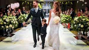 Fußballstar Lionel Messi und Antonela Rocuzzo gehen bei ihrer Trauung zusammen mit ihrem Sohn Thiago.