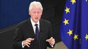 Ex-US-Präsident Bill Clinton bei der Trauerfeier zu Ehren von Helmut Kohl in Straßburg