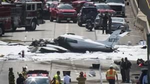Das Kleinflugzeug stürzte auf eine viel befahrene Straße in Los Angeles