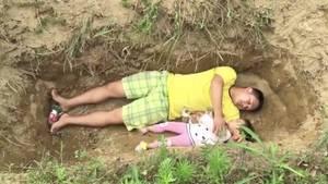 China: Vater lässt zweijährige Tochter in künftigem Grab probeliegen