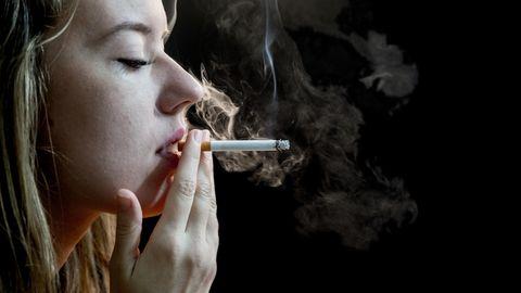 Nachdem sie jahrelang mit rauchenden Kollegen im Büro gesessen hatte, starb eine Italienerin an Lungenkrebs