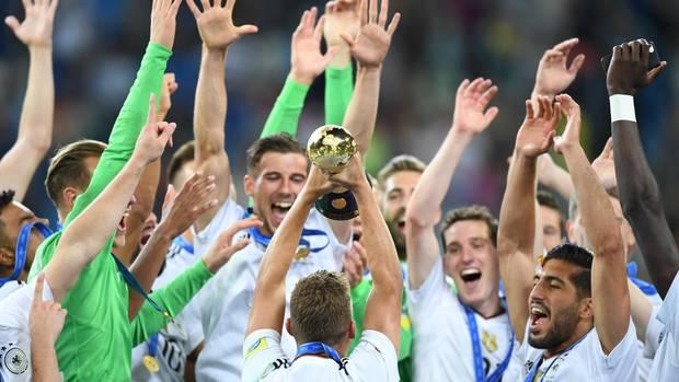 Die deutsche Nationalelf feiert ihren Sieg beim Confed-Cup-Finale