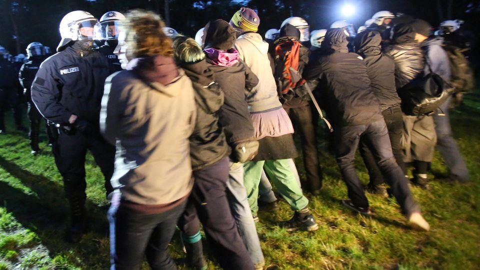 Polizisten rangeln mit Demonstranten bei der Beschlagnahmung von Schlafzelten in einem Protest-Camp gegen den G20-Gipfel