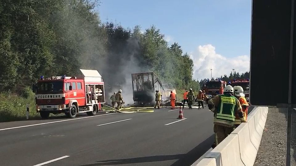 Auf der A9 ist ein Reisebus auf einen Sattelzug aufgefahren und in Brand geraten