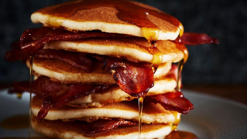 Finger weg  Auch wenn's vielen schwer fallen wird: Diese Pfannkuchen sind aus Weißmehl gemacht - und damit voll von leeren Kalorien. Ahornsirup enthält zu viel Zucker und der Bacon ist wegen seiner Menge angesättigten Fettsäurenungesund.