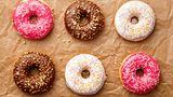 Finger weg  Donuts sehen zwar lecker aus, sie enthalten aber zu viel Zucker und andere verarbeitete Zutaten.