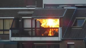 Fotografie eines Hauses, in dem es scheinbar brennt - in Wirklichkeit spiegelt sich im Fenster ein Sonnenuntergang