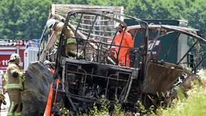 Ein verkohltes Gerippe zeugt von dem Inferno auf der Autobahn 9 in Oberfranken