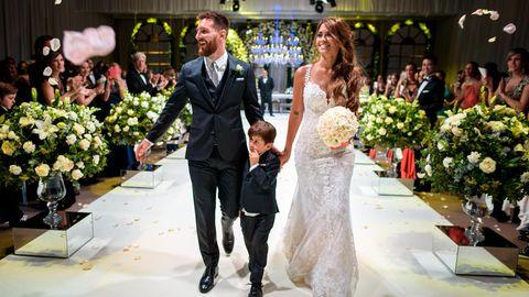 Lionel Messi (30, l.) hat seine Jugendliebe Antonela Roccuzzo (29) geheiratet - Sohn Thiago (4, M.) war auch dabei