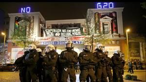 """Vorspiel zum G20-Gipfel: Polizisten vor der """"Roten Flora"""" im Hamburger Schanzenviertel am 1. Mai"""