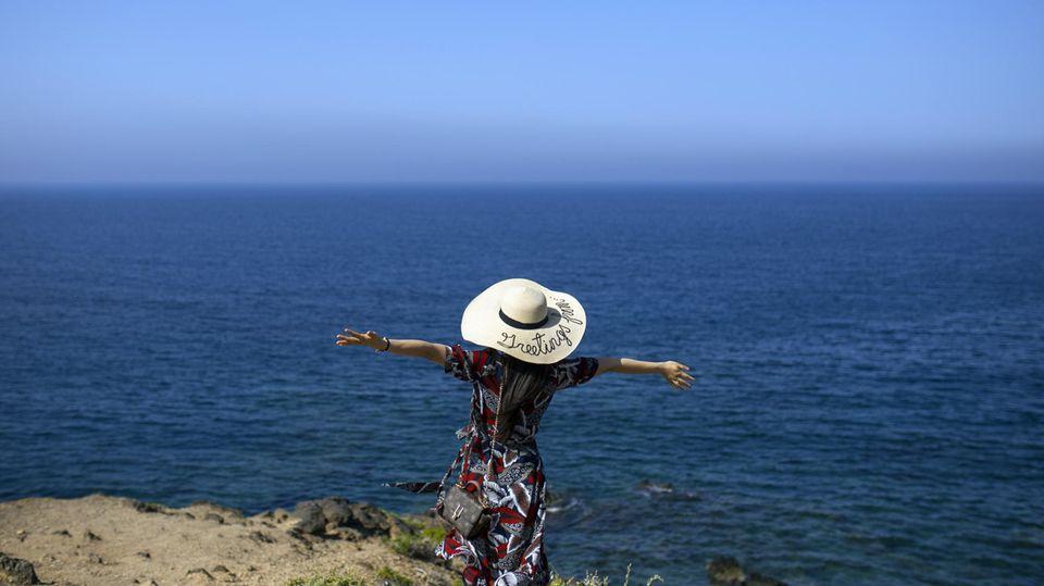Eine chinesische Touristin während eines Urlaubs in Griechenland
