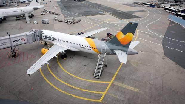 Ein Flugzeug der Airline Condor am Flughafen in Frankfurt