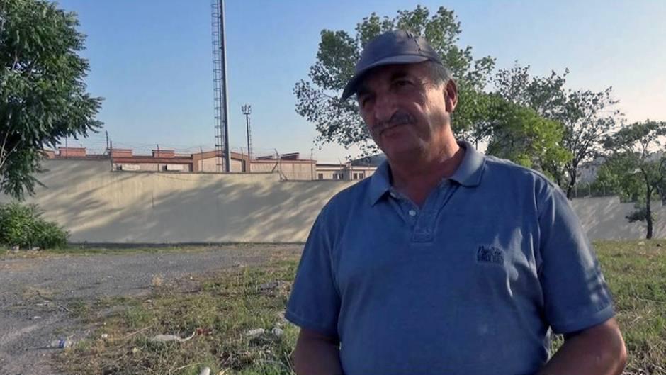 Mesale Tolus Vater Ali (58) vor den Mauern des Gefängnisses in Istanbul: Seine Tochter und sein Enkel sind dort seit knapp zwei Monaten inhaftiert.