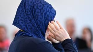 Eine Frau mit Kopftuch macht eine Aussage im Arbeitsgericht in Heidelberg