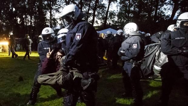 Polizisten tragen am 2. Juli einen Protestler weg. Viele Hamburger fürchten sich vor Gewalt während des G20-Gipfels.