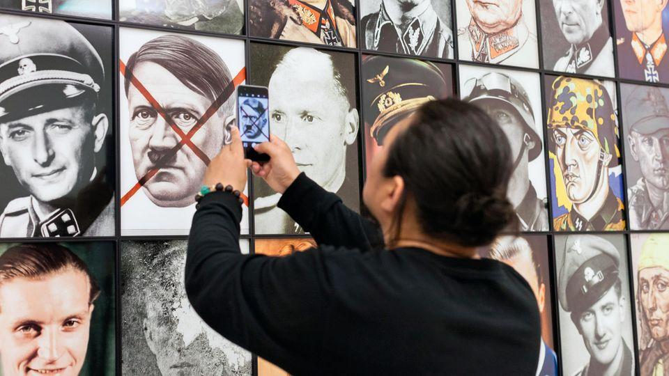 """203 Köpfe aus der NS-Zeit hat der Pole Piotr Uklanski auf eine Fototapete gebannt. """"Echte Nazis"""", so der Titel. Künstlerisch nicht anspruchsvoll, ist die Sogwirkung enorm"""
