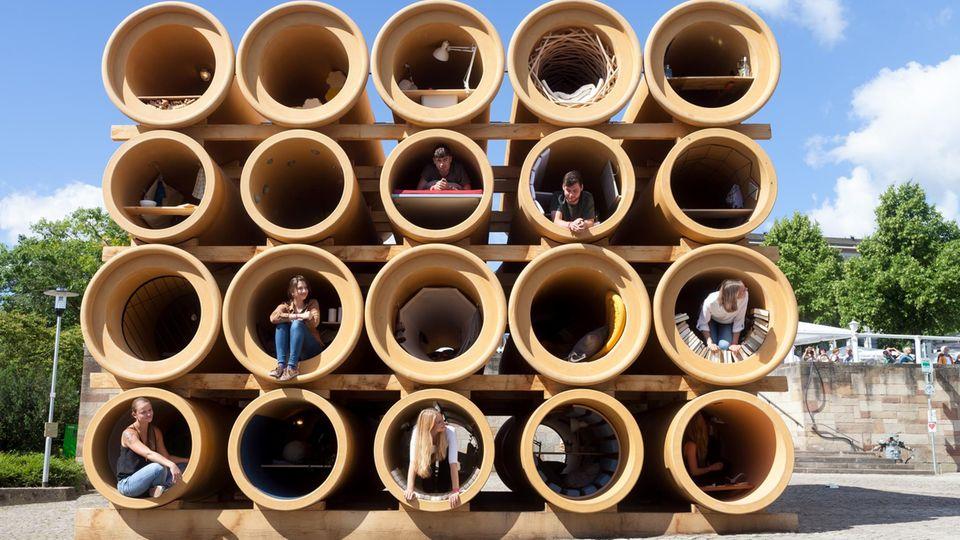 Abwasserrohre häuslich eingerichtet. Hiwa K erinnert so an die provisorischen Unterkünfte vieler Flüchtender in Griechenland