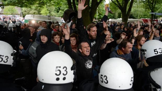 Polizei räumt einen Park in Hamburg-Altona von G20-Gegnern