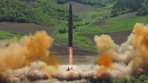 Das Foto zeigt angeblich einen erfolgreichen Test einer Interkontinentalrakete durch Nordkorea