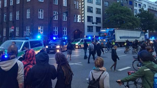 Bayerische Polizisten treffen Schanzenviertel-Bewohner