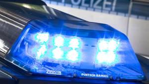 Die Polizei stellte in Gütersloh unter anderem selbstgebastelte Waffen sicher