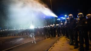 Vor dem G20-Gipfel ging die Polizei in Hamburg mit Wasserwerfern gegen Protestler vor. Vorausgegangen ist ein Streit um Zelte.