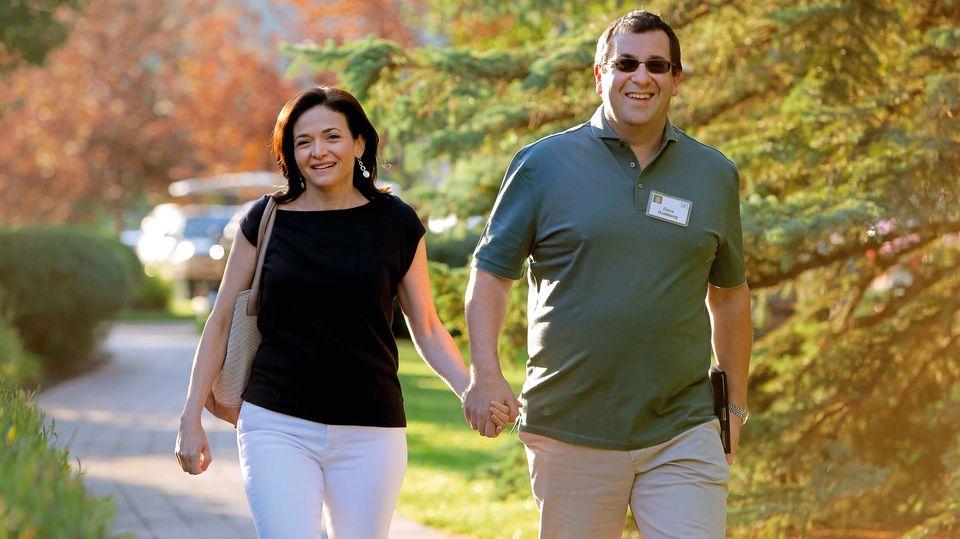 Sie waren das Powerpaar im kalifornischen Silicon Valley: Internetmanagerin Sheryl Sandberg und IT-Unternehmer Dave Goldberg. Er starb im Mai 2015 im Alter von 47 Jahren an Herzversagen. Während eines Kurzurlaubs hatte er im Fitnessstudio trainiert