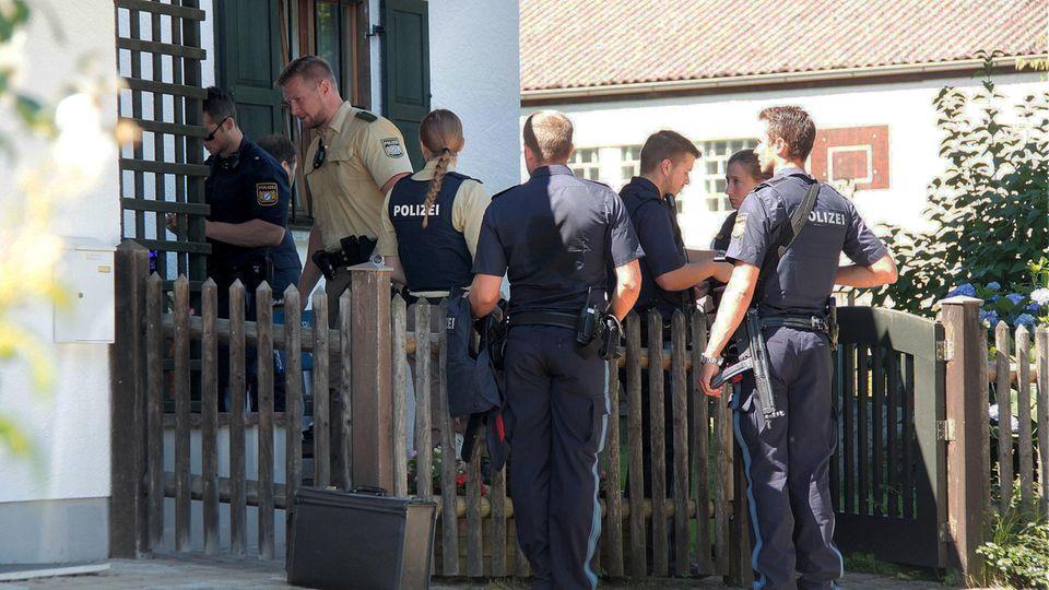 Polizisten am Tatort in Vogtareuth: Ein Großvater hat seinen achtjährigen Enkel erschossen