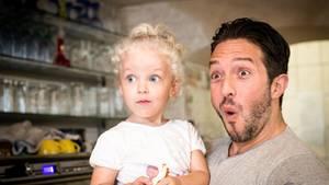 Vater mit Tochter im Arm