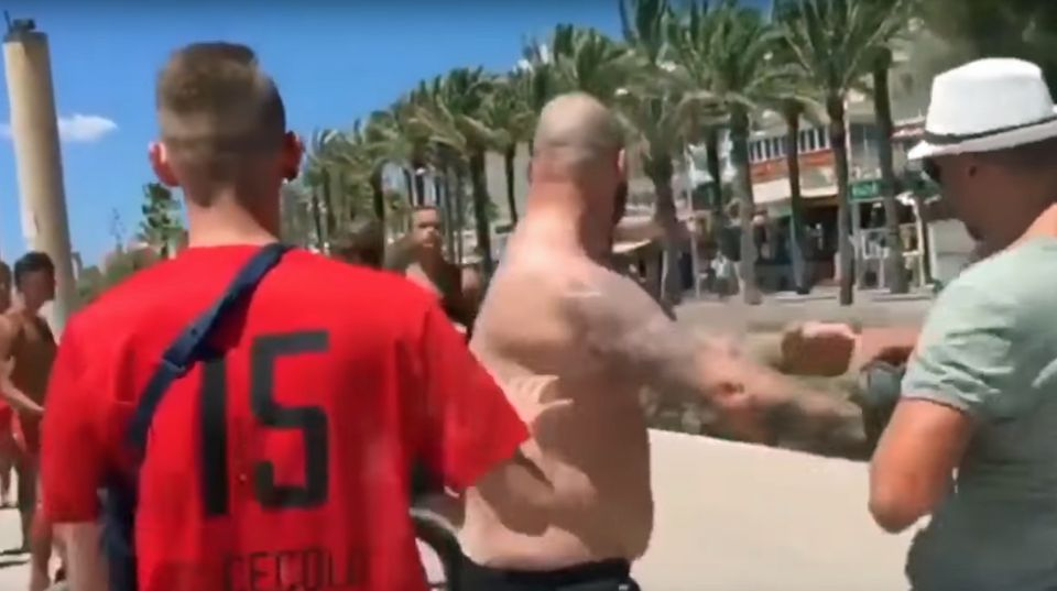 Am Strand von El Arenal prallen zwei Gruppen aufeinander.