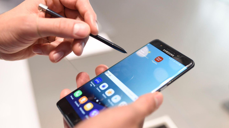 Ein Samsung Galaxy Note 7 Smartphone wird bedient