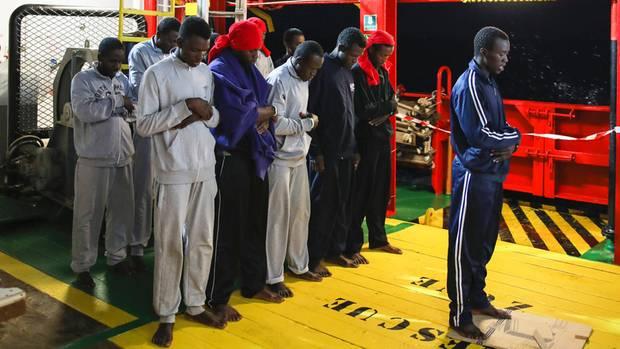 Am Abend beten die Geretteten. Und gedenken der Toten