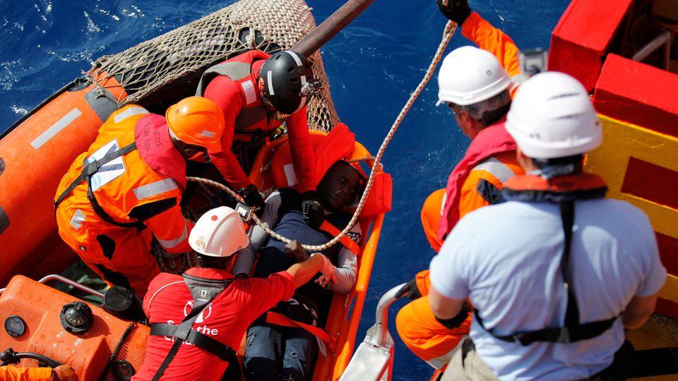 Die Helfer versuchen alles, um Zibo wiederzubeleben. Er stirbt an Deck des Schiffes