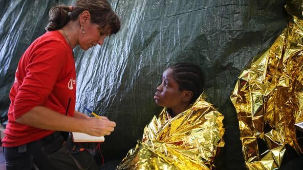 Ärztin Giovanna Scaccabarozzi versorgt die Flüchtlinge an Bord. Die Folien sollen sie warm halten