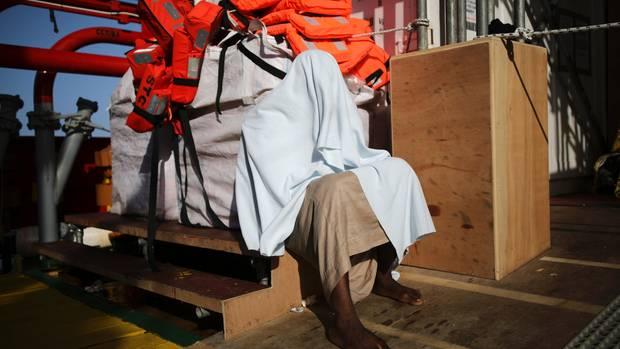 Ein Mann trauert vor dem Kühlcontainer in dem die Leichen aufbewahrt werden