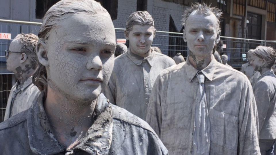 Janne mit grau geschminktem Gesicht und in grauer Kleidung