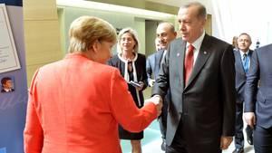Herzlich sieht anders aus: Angela Merkel und Recep Tayyip Erdogan bei einem Treffen am Rande des Nato-Gipfels im Mai