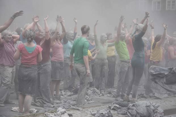 Akteure in farbigen T-Shirts