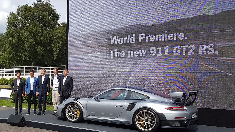 orsche nutzt das Goodwood Festival zur Weltpremiere des neuen 911 GT2 RS. Boss Holger Blume (Mitte) hat Rennlegende Walter Röhrl (2. v. rechts) und den ehemaligen Formel-1 Piloten Mark Webber (2. v. links) mitgebracht.