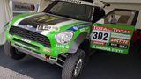 Der Dakar-Sieger aus dem Jahr 2012 vom Team X-raid geht leider bei der Präsentation etwas unter. Schade, fuhr doch der berühmte Stephane Peterhansel in genau diesem Mini den Gesamtsieg quer durch Argentinien nach Chile und Peru ein.