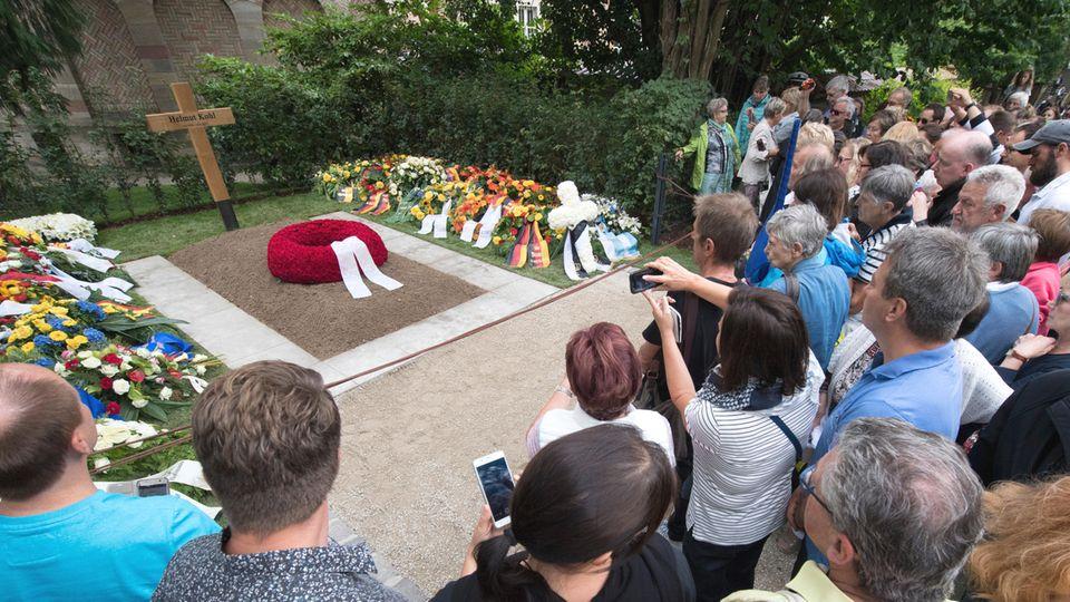 Hunderte Schaulustige drängen sich am Grab von Altkanzler Helmut Kohl in Speyer