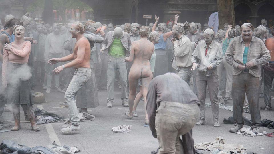 """1000 Gestalten"": Kreativer Protest: The Walking Dead vs. G20"