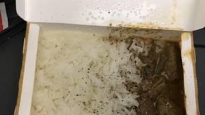 """Dieser Passagier flog von Brisbane nach Perth und bekam bei der Fluggesellschaft Virgin Australia diese Mahlzeit serviert: Reis mit unansehnlichem Fleisch. Der Passagier selbst betitelt das Essen als """"Müll""""."""