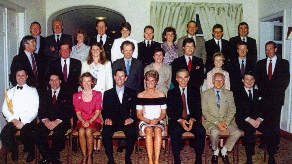 Carolyn Robb (obere Reihe, weiße Bluse) mit Prinz Charles, Lady Diana und dem Personal