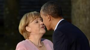 Bundeskanzlerin Merkel und der damalige US-Präsident Obama begrüßen sich mit einem Wangenkuss