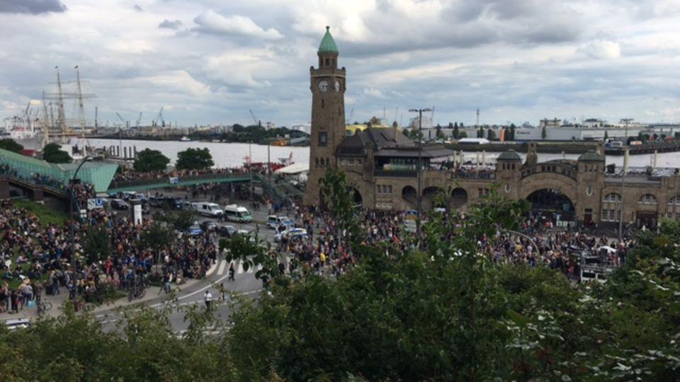 """Friedlicher Protest an den Hamburger Landungsbrücken: Demonstranten versammeln sich am Mittwochabend unter dem Motto """"Lieber tanz' ich als G20"""""""