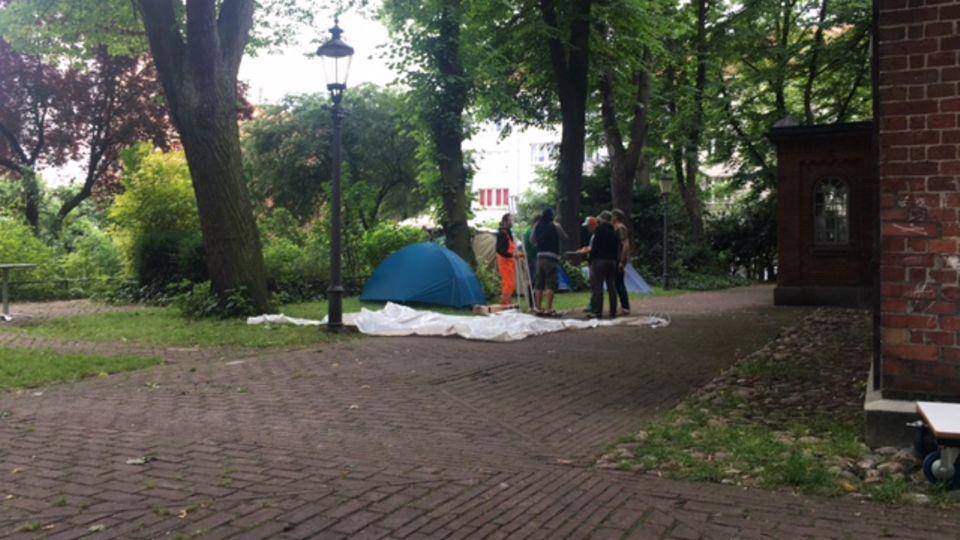 G20-Demonstranten bauen Zelte auf dem Kirchhof auf, um dort zu übernachten